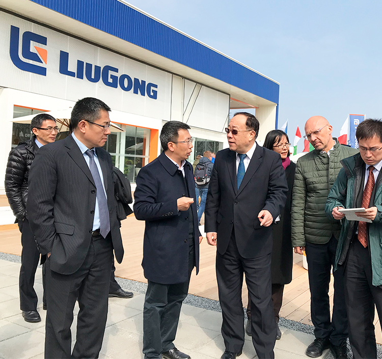 Mr. Wang Bingnan, Vice Minister of Commerce of People's Republic of China, visited LiuGong Bauma stand